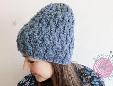 Стильная шапка спицами объемным узором